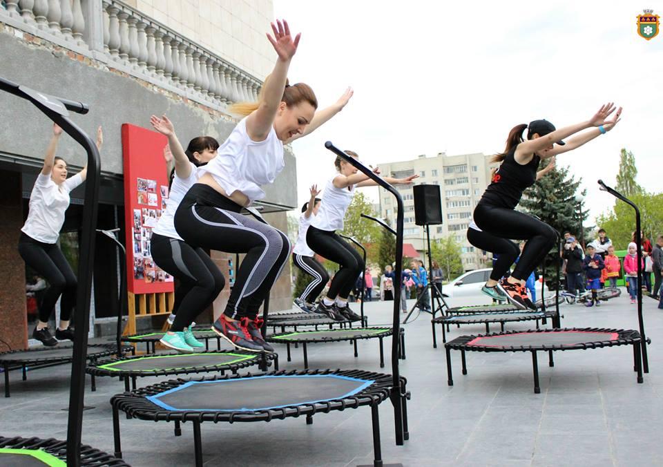 Масове заняття спортом на головній площі міста